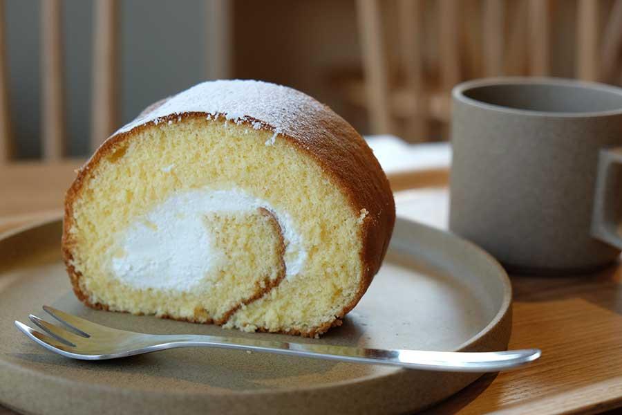 ブックカフェ「Cafe Gankodo」では、コーヒーやスイーツが楽しめる。守山市のパティスリーによる、我東ロールケーキは300円