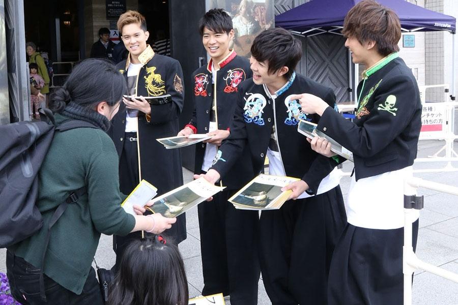 来場者にフライヤーを手渡す宣伝キャプテン・BOYS AND MEN(28日・大阪市内)