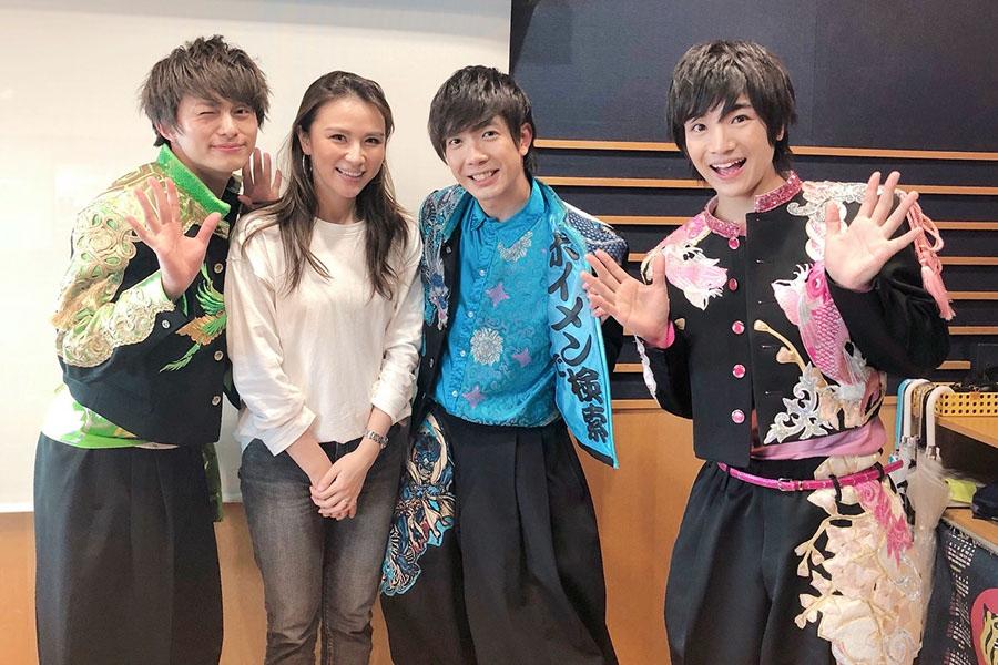 FM OH!『LOVE FLAP』にゲストで登場したBOYS AND MEN、左から2番目がDJの赤松悠美(25日・大阪市内)