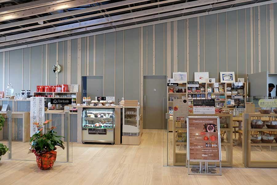 図書館の施設内へ入ったところにあるブックカフェ「Cafe Gankodo」