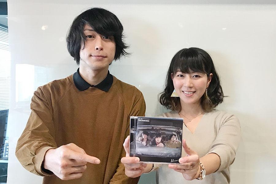 FM OH!『なんMEGA!』にゲスト出演したザ ケセラセラの宍戸翼、右はDJの前田彩名(26日・大阪市内)