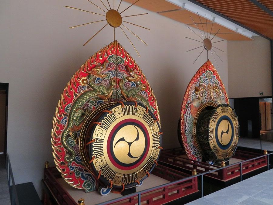 こちらは現在用いられている「鼉太鼓」。金銀極彩色の姿が美しい。鎌倉時代のものと見比べるべし