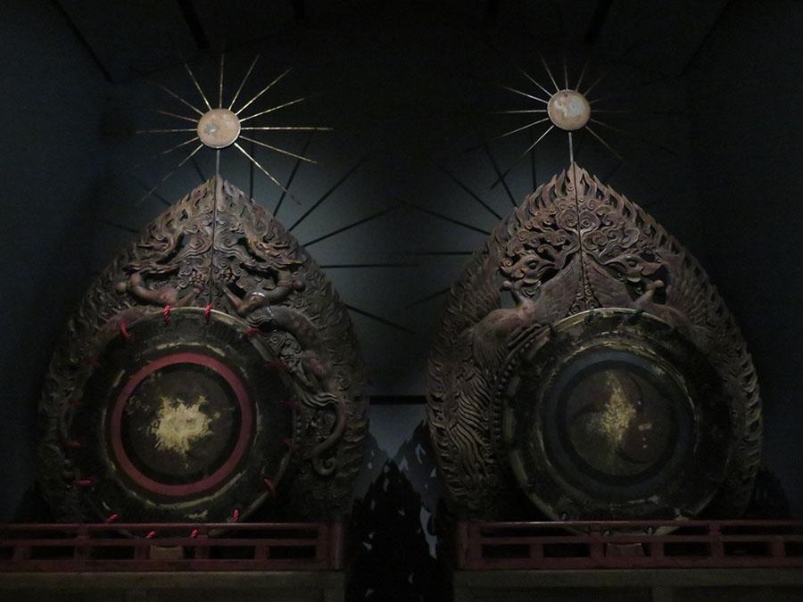 約4年の修理を終えて春日大社国宝殿に鎮座する「鼉太鼓」。ほの明るい空間に並び立つ堂々とした姿は荘厳と言うしかない