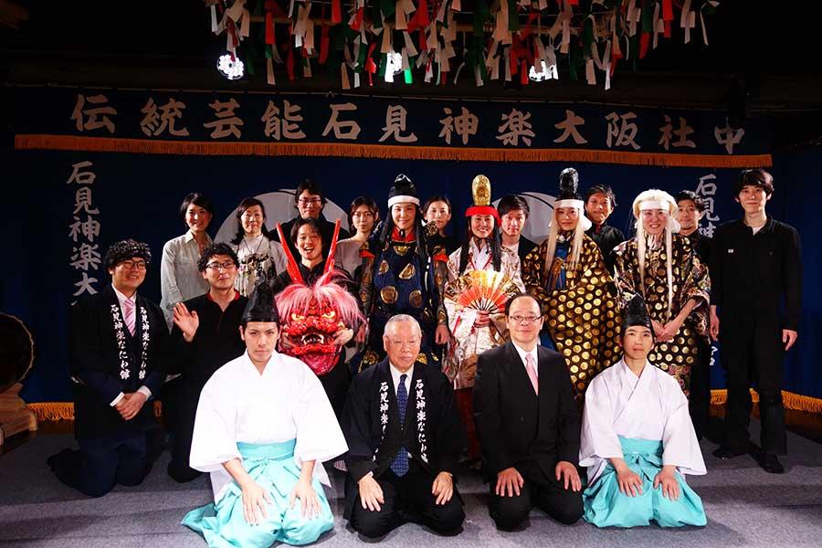 団員やスタッフ。前列、右から2番目が高橋さん、3番目が安藤さん