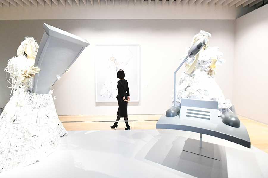 コイケジュンコによる作品はよく見ると漫画のシーンをコラージュした箇所も。東京の展示風景より。(c)Ji-Ku-Mo-Ko Project(森村泰昌+コイケジュンコ) (c)Fujiko-Pro