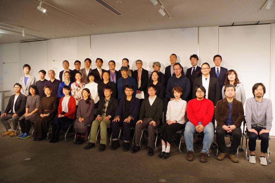 プログラムに参加するアーティストと劇場関係者ら(8日・京都市南区)
