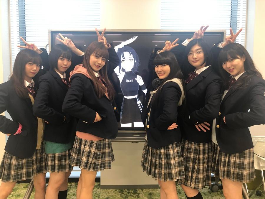 私立恵比寿中学のメンバーにインタビューしたEMMA HAZY MINAMI(真ん中)