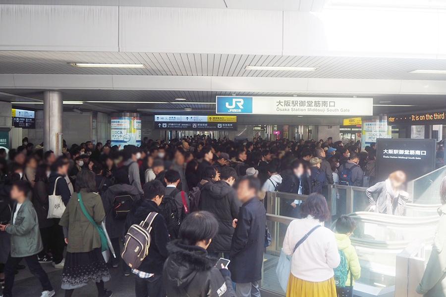 大阪・梅田の「JR大阪駅」前で号外を待つ人々(1日・大阪市内)