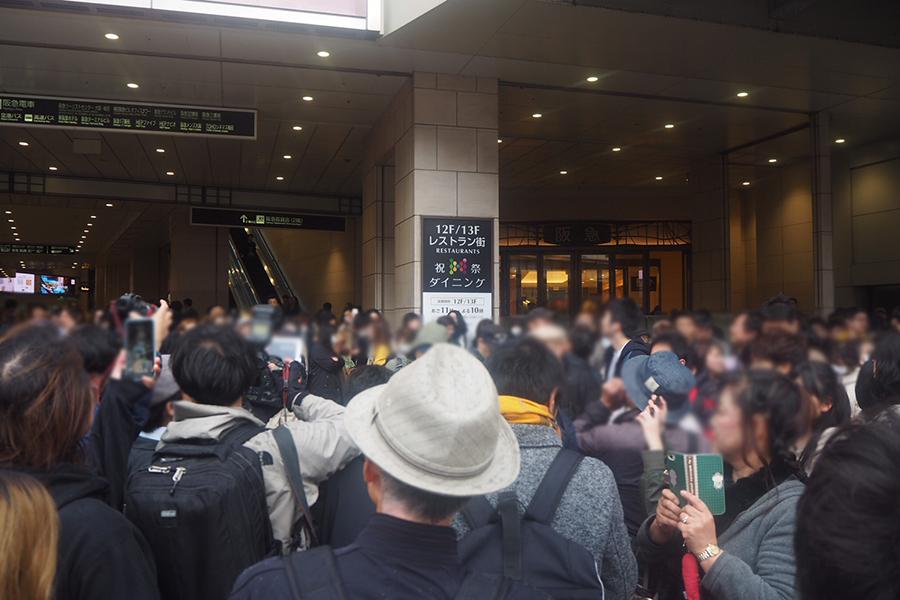大阪・梅田の百貨店「阪急うめだ本店」前で号外を待つ人々(1日・大阪市内)
