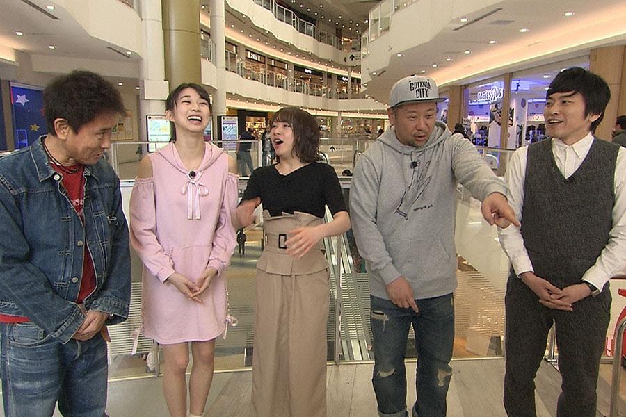 左から、浜田雅功、モーニング娘。'19(牧野真莉愛、石田亜佑美)、ケンドーコバヤシ、しずる村上 © ytv