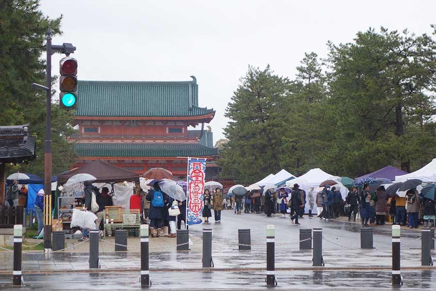 目の前には平安神宮。関西圏だけでなく、沖縄、岐阜、新潟からの出店者も