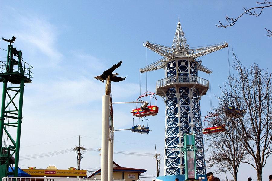 90年前の開園当初から現存する、生駒山上遊園地のシンボル「飛行塔」。同園は標高642mの生駒山山頂付近にあり、高さ40mの飛行塔ゴンドラからは、大阪平野が一望できる