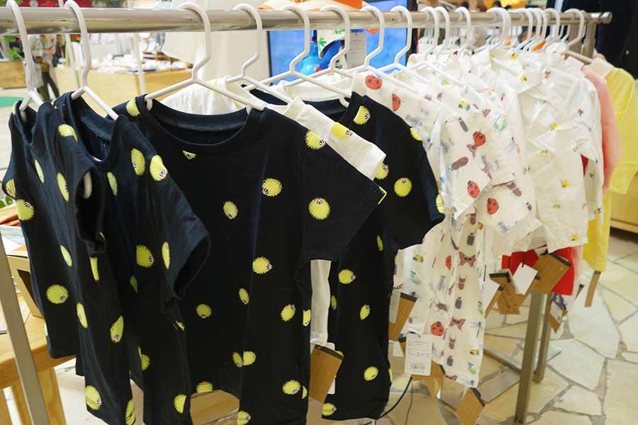 香川照之による昆虫こども服「Insect Collection」。暗闇で光るホタルTシャツ(手前)
