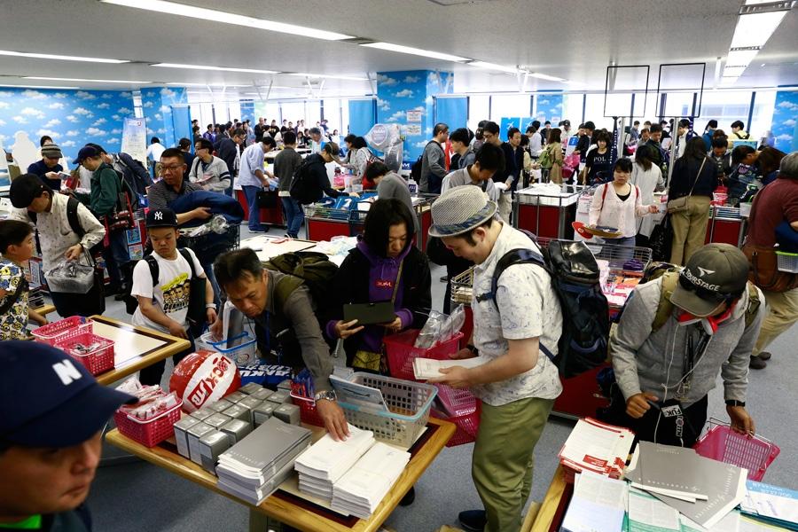 航空会社のオリジナルグッズや航空機の部品、空港備品などが勢揃いするという「KIXチャリティーマーケット」(写真は過去開催の様子)