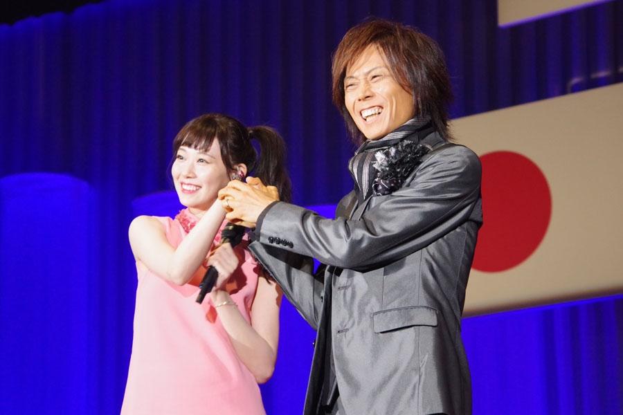近畿大学・入学式でのステージで手を組む渡辺美優紀とつんく♂