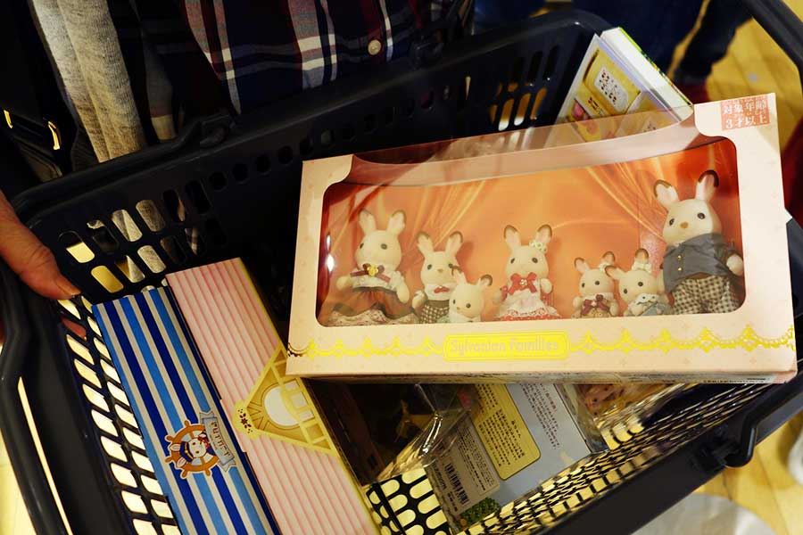 「ショコラウサギファミリー」5940円などを購入した女性は、「各地の限定品があったのがうれしいです」と喜んだ