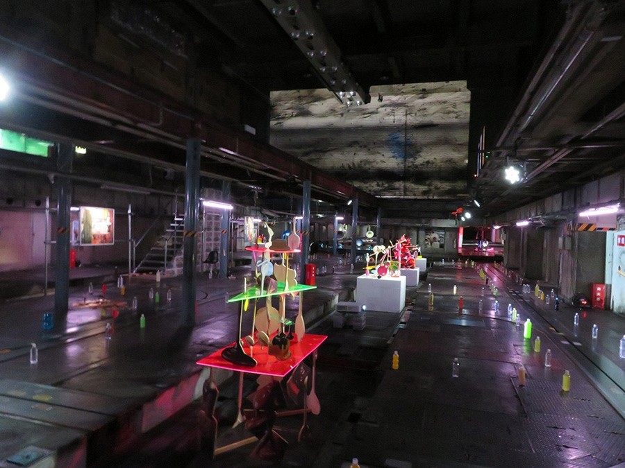 京都新聞ビル印刷工場跡(B1)の「金氏徹平 S.F.(Splash Factory)」会場風景