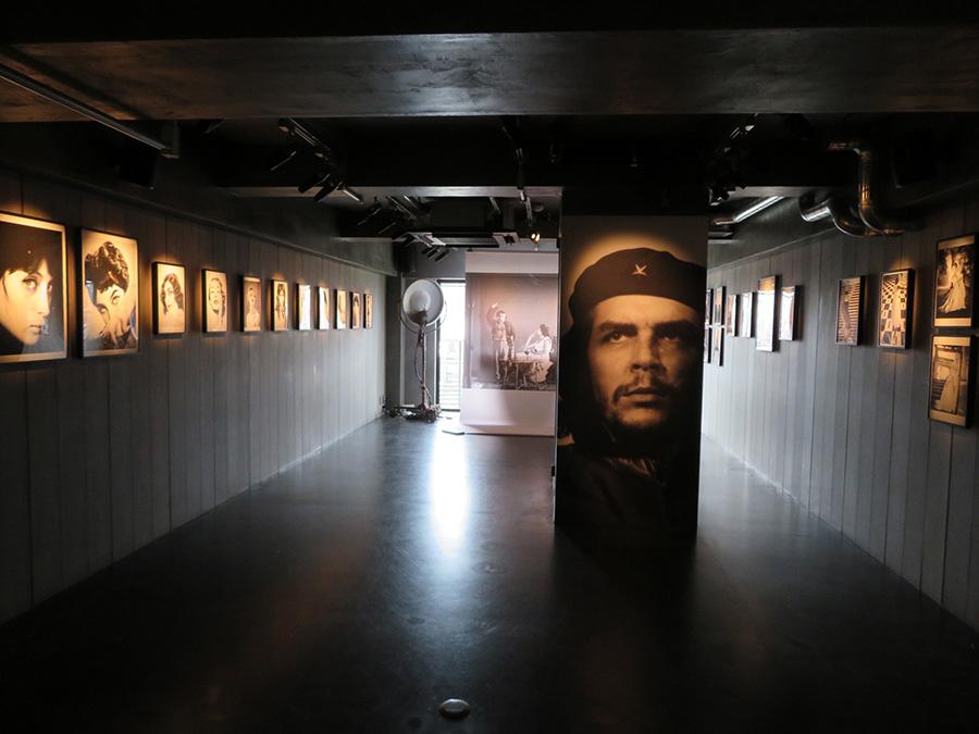 y gionの「彼女、私、そして彼らについて」より、アルベルト・コメダの展示