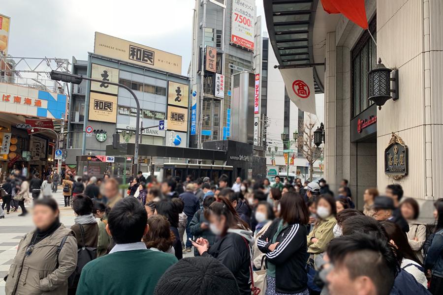 大阪・難波の百貨店「大阪高島屋」前で号外を待つ人々(1日・大阪市内)