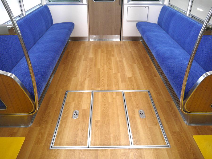 「わが家のリビングにいるような」をコンセプトに、木目調の床が映える