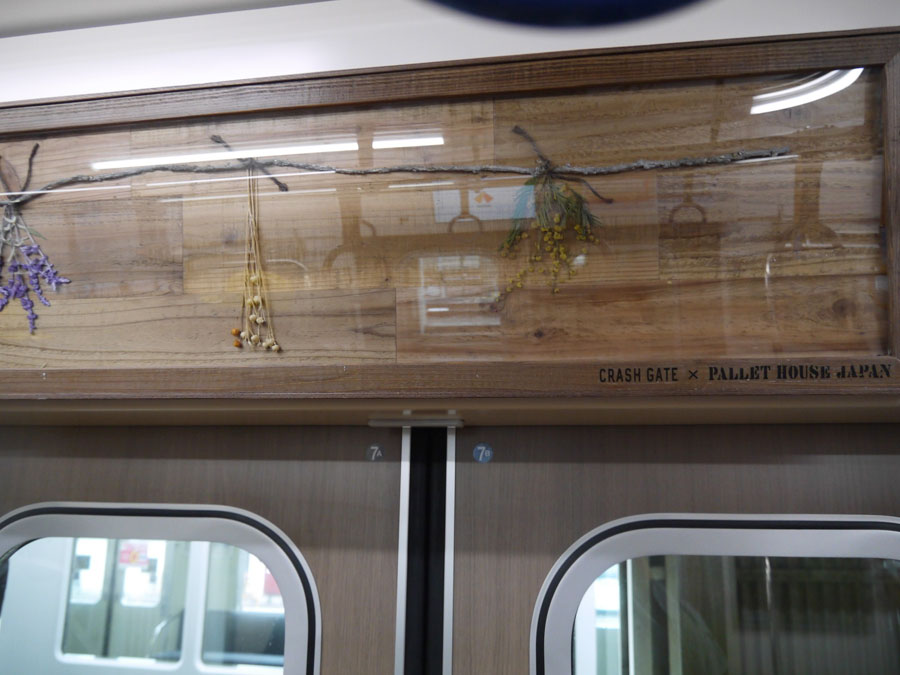 商業エリア「なんばEKIKAN」(大阪市浪速区)のインテリアショップ「CRASH GATE」とコラボし、壁面をタペストリーやウッドパネルなどのインテリア雑貨で装飾
