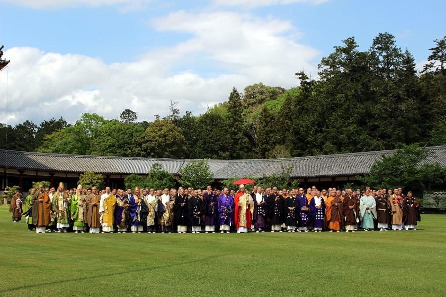 8宗派4地域の仏教青年会から参集した全日本仏教青年会の若手僧侶ら約500名(4月26日・東大寺)