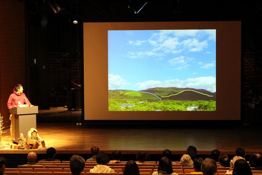 特別天然記念物である春日山原生林の生態系などを解説する「春日山原始林を未来へつなぐ会」事務局長のスギヤマさん