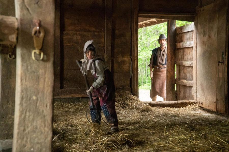 酪農の仕事を手伝う9歳の奥原なつ(粟野咲莉) とそれを見守る柴田泰樹(草刈正雄)