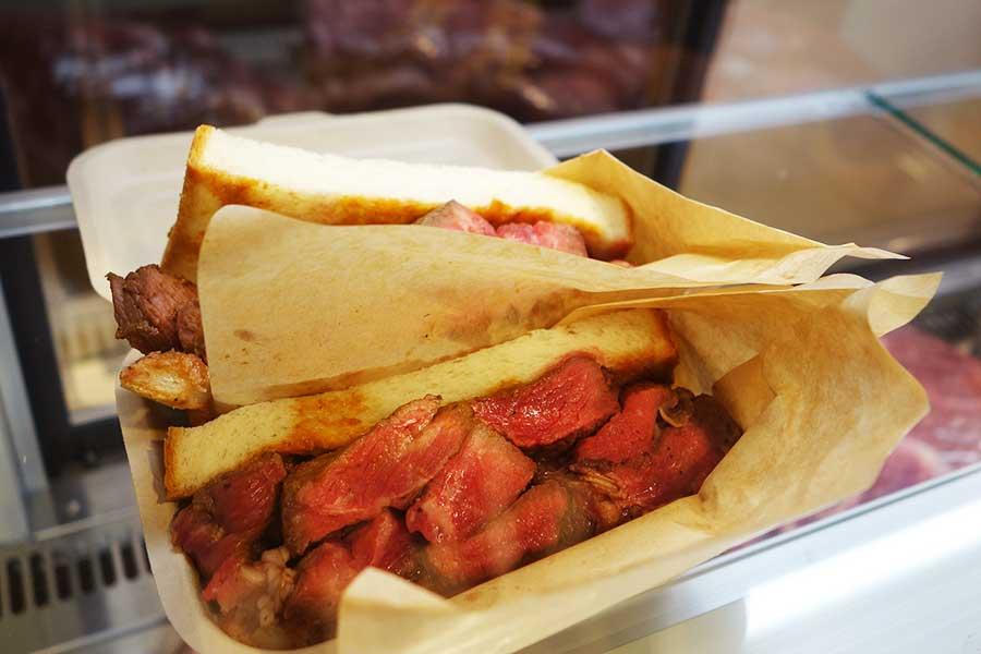 周囲には肉が焼ける良い香り。男性が多く並んでいた「プライム肉パン」