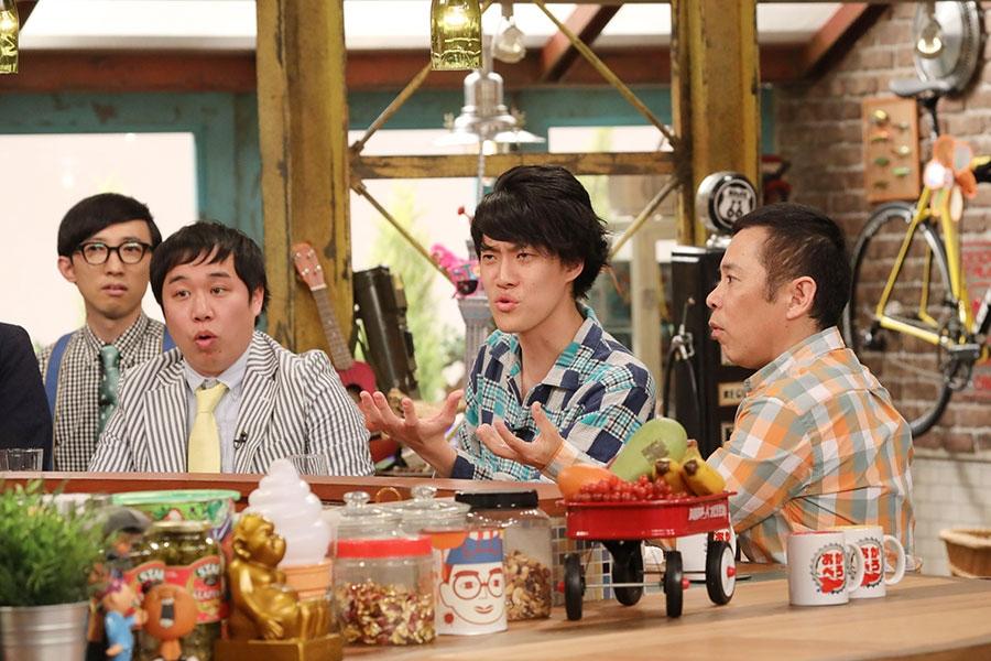 左から、霜降り明星(せいや、粗品)、番組MCの岡村隆史