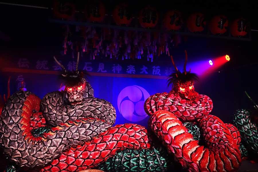 舞台が「大蛇」で埋め尽くされる