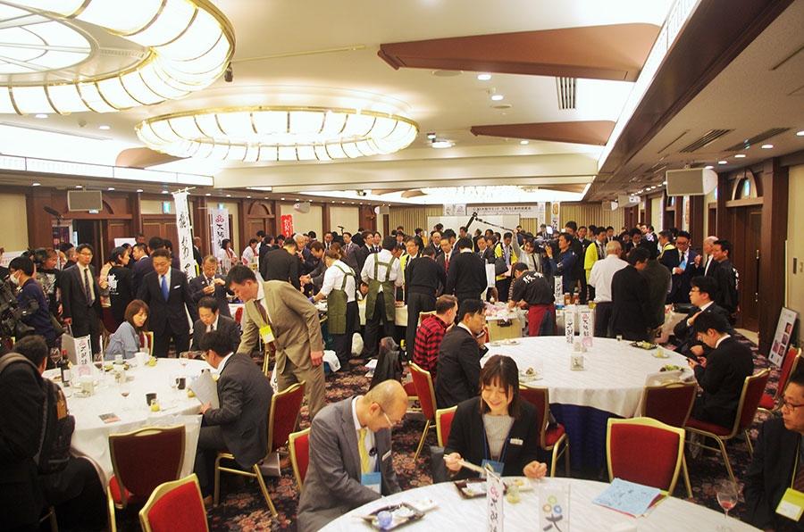 あちこちで商談がおこなわれ、活気にあふれる『G20大阪サミット大阪産(もん)食材提案会』の会場(16日・大阪市内)