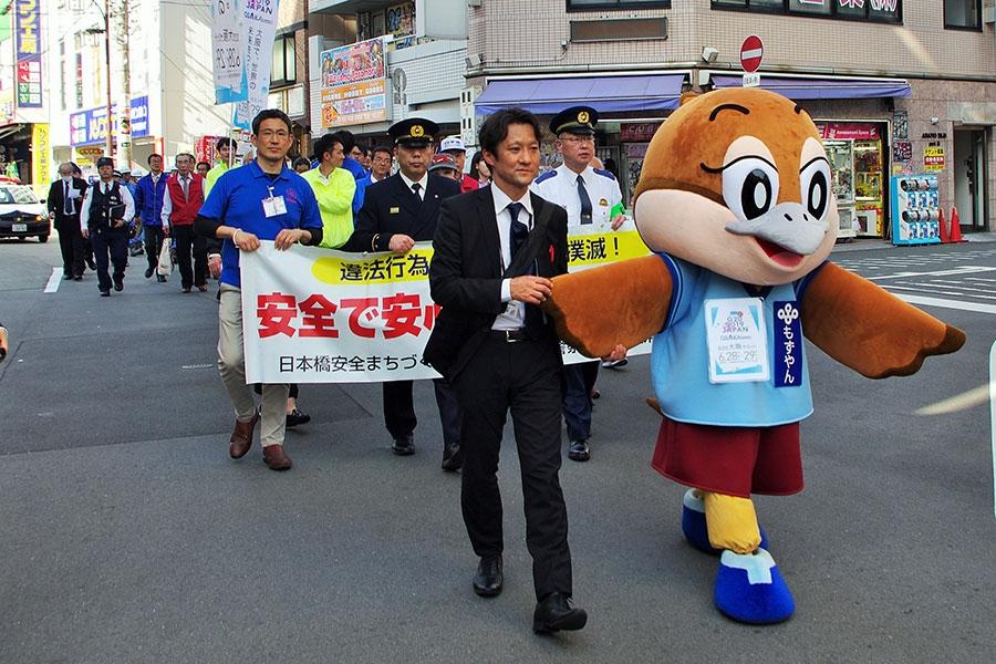 『日本橋安全啓発パレード』に参加した大阪府広報担当副知事のもずやん(22日・大阪市内)