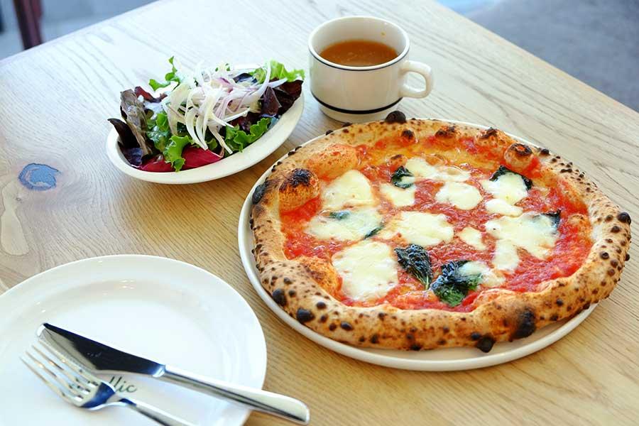 ピッツァに季節のサラダとスープが付くランチセット。マルゲリータ1200円