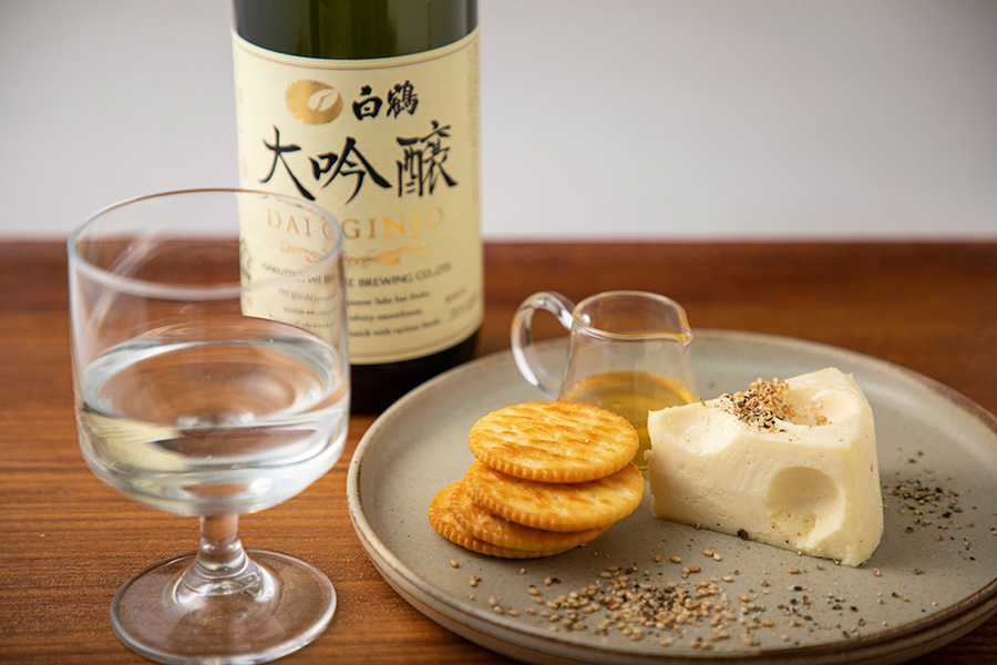 白鶴大吟醸、黒コショウと白ごまを利かせたQBBプレミアムベビーチーズ熟成カマンベールレアチーズ、はちみつ添え500円(税別)