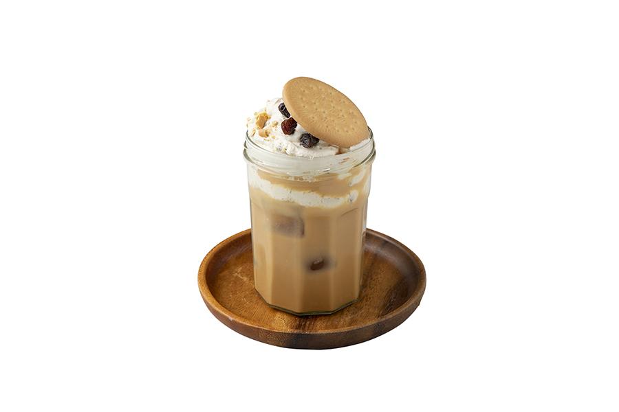デザートチーズのクリームと濃厚な紅茶を別々に味わってから混ぜれば味の変化が楽しめる「ラムレーズンのビスケットチーズティー」730円(税別)
