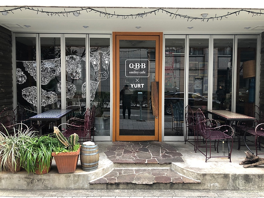 アメリカ西海岸をイメージしたカフェ「YURT神戸店」が、『Q・B・Bスマイリーカフェ神戸』仕様に