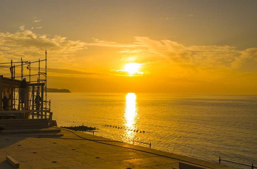 瀬戸内海に広がる美しい夕陽。食事しながら眺められるのが魅力だ