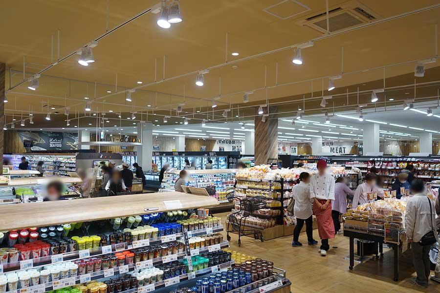 2階はスーパーマーケット、銀行、生活のフロア