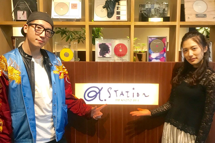 『LIFT』に出演した集団行動の真部脩一(左)と齋藤里菜(9日・α-STATIONスタジオ)