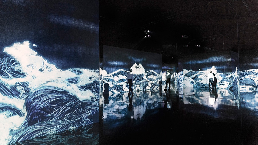 Black Waves:埋もれ失いそして生まれる/Black Waves: Lost, Immersed and Reborn teamlab, 2019, Digital Installation, Continuous Loop, Sound: Hideaki Takahashi ©teamLab