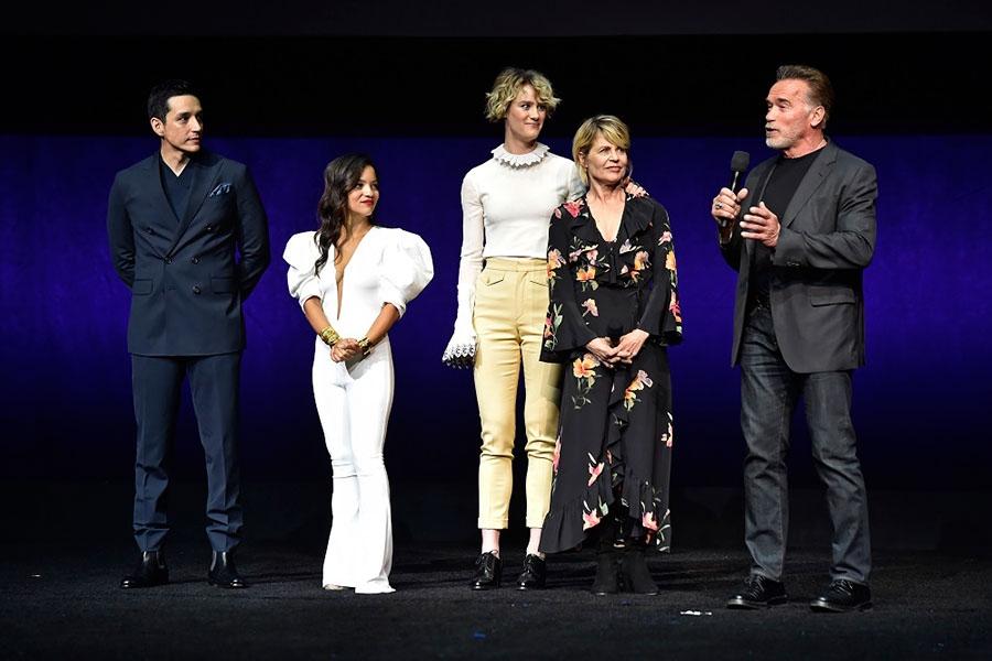 ラスベガスでのコンベンションに登壇したアーノルド・シュワルツェネッガー(右)