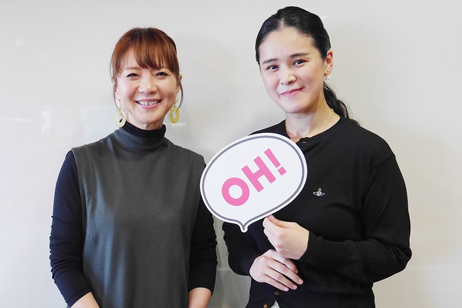 FM OH!『LOVE FLAP』にゲスト出演した手嶌葵(右)、左はDJの谷口キヨコ(22日・大阪市内)