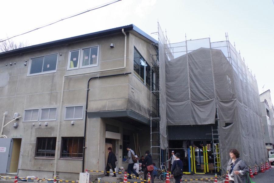 8日に公開された工事中の劇場外観