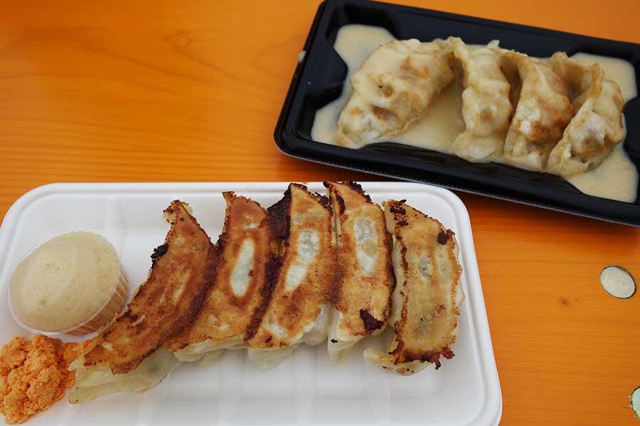 手前から大阪・福島の「泡ギョーザ ファンホリック」の泡で食べるジューシー肉餃子、大阪・森の宮「あんばい」のカリカリ餃子のチーズフォンデュ