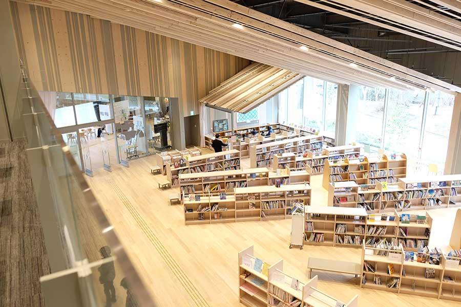 「子どもに木の温もりを感じてほしい。くつろげる空間には木材が合う」という図書館スタッフのこだわりが活かされ、1階の建材は全てスギの木を使用
