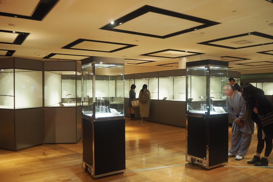 展示品には、20年ほど前に「佐野美術館」(静岡県三島市)で公開されて以来長らく公開されてなかった刀、虎徹の脇差(短刀)も