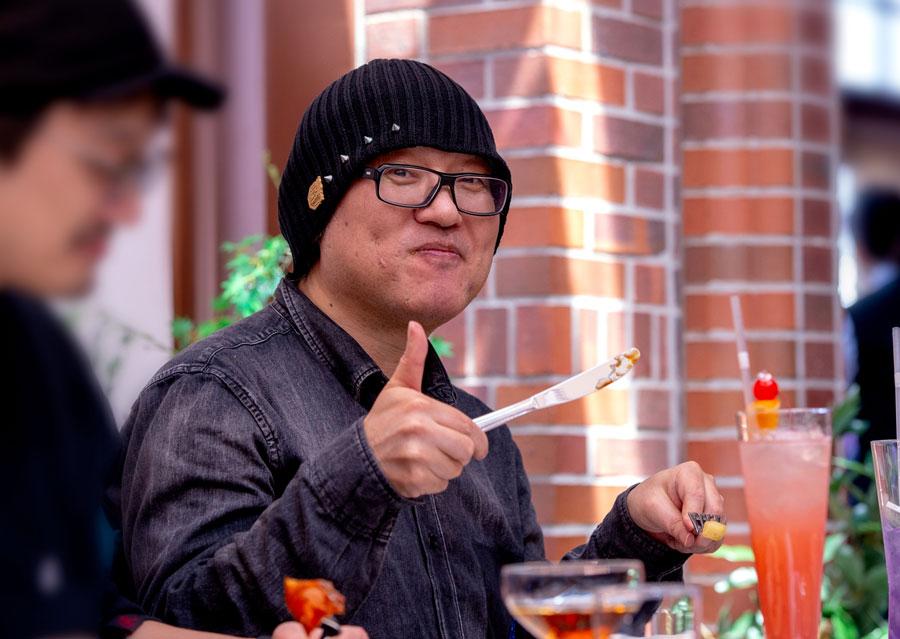『名探偵コナン・ミステリー・レストラン』で食事を楽しむ原作者・青山剛昌