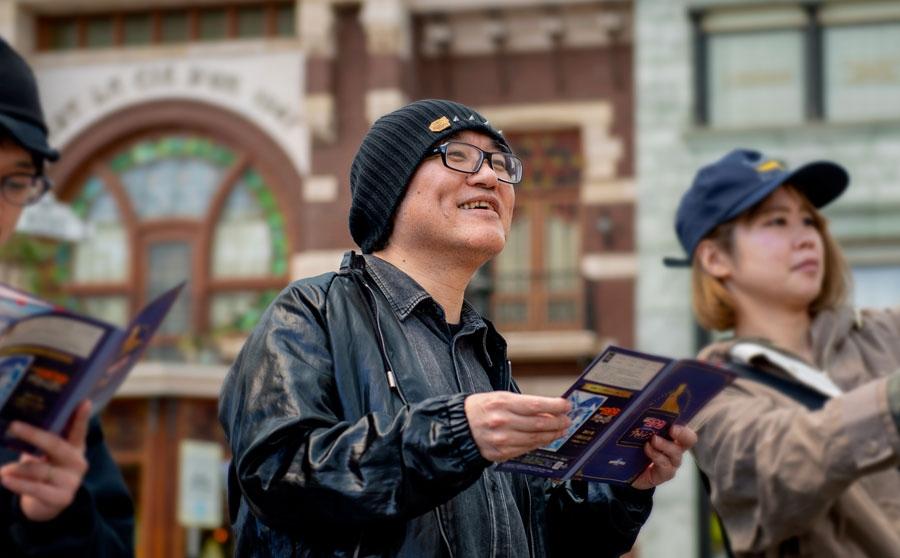 パーク内を歩き回り『名探偵コナン・ミステリー・チャレンジ』を体験する原作者・青山剛昌