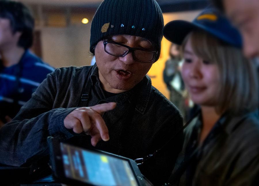 『名探偵コナン・ザ・エスケープ 〜紺青の序幕〜』で端末を操作する原作者・青山剛昌